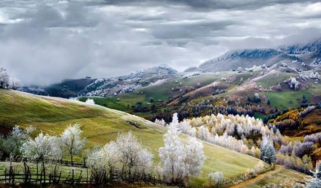 Sursa foto: Eduard Guțescu  Peisaj de basm din România, în satul Peștera, județul Brașov/ Fotografia, câştigătoare la National Geographic Traveler Photo Contest 2015