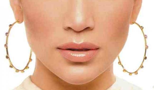 Jennifer Lopez reușește să fie feminină și sexy cu un make-up natural