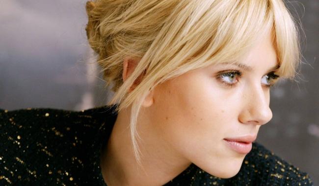 Actrița Scarlet Johansson este la fel de frumoasă și cu un make-up minimalist și discret