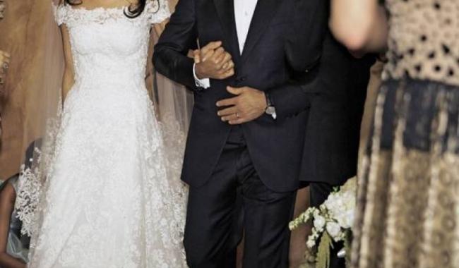 Una dintre ținutele purtate de Amal Alamuddin la nunta din toamna trecută, cu actorul George Clooney, a fost o rochie în forma literei A, cu trenă, preferată de miresele cu șolduri proeminente, deși silueta filiformă i-ar fi permis oricare alt model