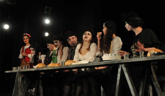 """Sursa foto: teatruldestatconstanta.ro Secvență din spectacolul """"Niste... năroji"""""""