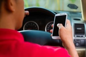 Până unde duce dependența de mobil: Șapte din zece şoferi folosesc telefonul în timp ce conduc