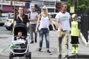 Gwen Stefani ar fi fost înșelată de soț cu bona celor trei copii ai lor