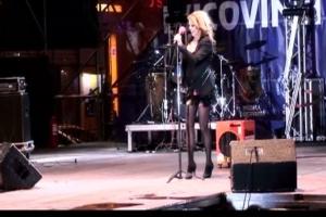 Artista germană Sandra a căzut pe scenă, la Suceava