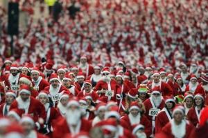 """Zeci de constănțeni costumați în Moș Crăciun vor alerga la crosul """"SantaRun"""""""
